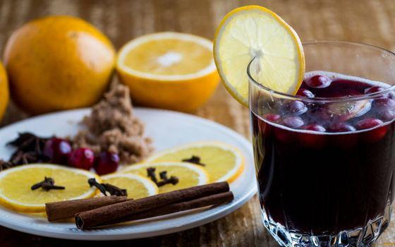 Бесплатные фото глинтвейн,стакан,ягода,дольки,лимона,палочки корицы,гвоздика