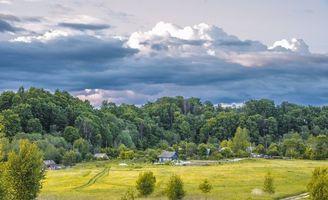 Фото бесплатно Деревня, домики, теплица, лето, небо, облака, деревья, трава, кусты, пейзаж, природа, машина, УАЗик, люди