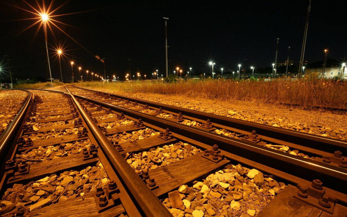 Фото бесплатно ночь, железная дорога, рельсы, шпалы, гравий, столбы, фонари, огни, разное