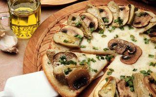 Бесплатные фото пицца,грибы,сыр,зелень,лопатка,стакан,напиток