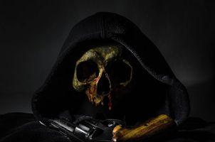 Бесплатные фото Револьвер, пистолет, череп, натюрморт