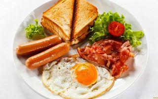Заставки завтрак, яйцо жареное, бекон, сосиски, тосты, зелень