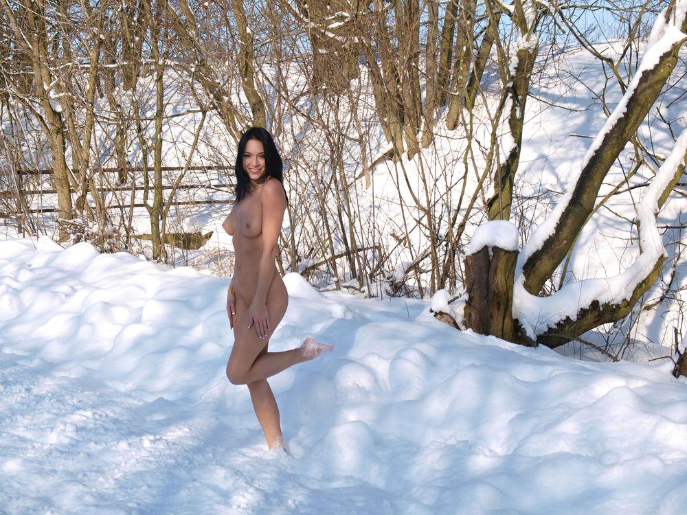 Голые девушки на улице зимой фото