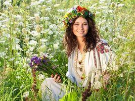 Бесплатные фото лето, поле, венок, девушка, вышиванка, букет, цветы