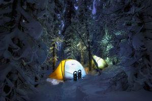 Фото бесплатно зима, лес, снег, сугробы, елки, ночь, палатки, свет, туристы, отдых, сон