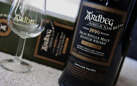 Бесплатные фото Ardbeg,виски,бутылка,фужер,коробка,алкоголь