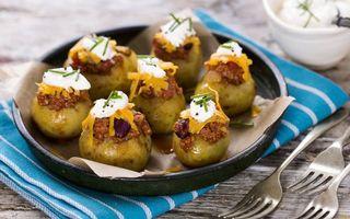 Фото бесплатно картошка запеченная, морковь, майонез, зелень, тарелка, вилки
