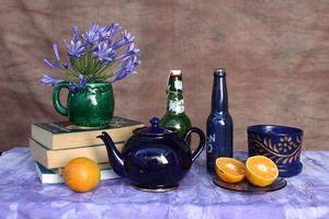 Бесплатные фото стол,книги,чайник,цветы,фрукты,натюрморт