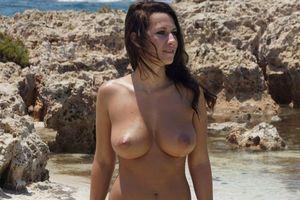 Заставки Amy, модель, натуральные прелести, пляж