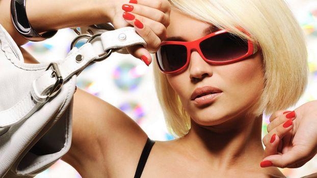 Бесплатные фото блондинка в очках,сумочка