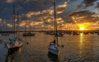 Обои море, яхты, мачты, небо, облака, солнце, закат