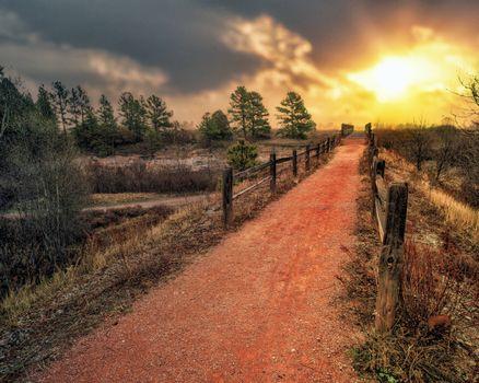 Бесплатные фото закат,дорога,деревья,забор,пейзаж,колорадо