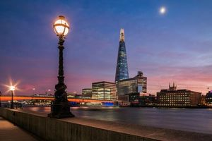 Заставки сумерки вокруг Лондонского моста, Лондон, Великобритания