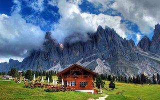 Бесплатные фото дом,столы,зонтики,трава,деревья,горы,скалы