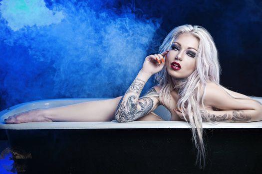 Бесплатные фото девушка,модель,блондинка,ванна,гламур,тату
