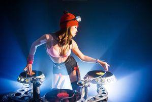 Бесплатные фото девушка DJ,пластинки