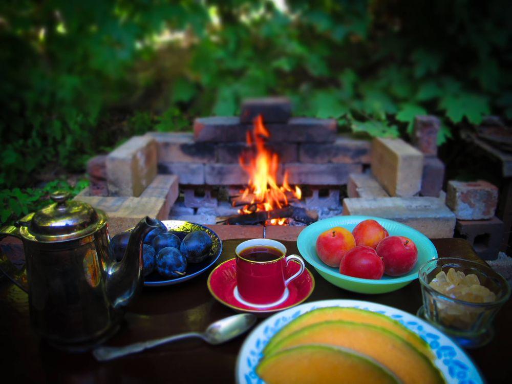 Фото бесплатно стол, фрукты, чайник, еда, костёр, натюрморт, разное - скачать на рабочий стол