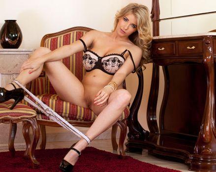 Jodie Piper молодая девушка позирует голой