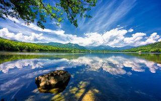 Фото бесплатно озеро, камень, гладь, отражение, берег, деревья, горы, небо, облака