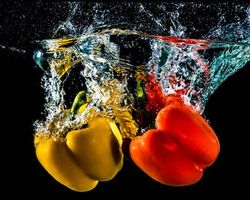 Обои перец, вода, всплеск, брызги, овощи, перцы, чёрный фон