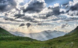 Бесплатные фото лето,горы,вершины,трава,небо,облака,лучи солнца