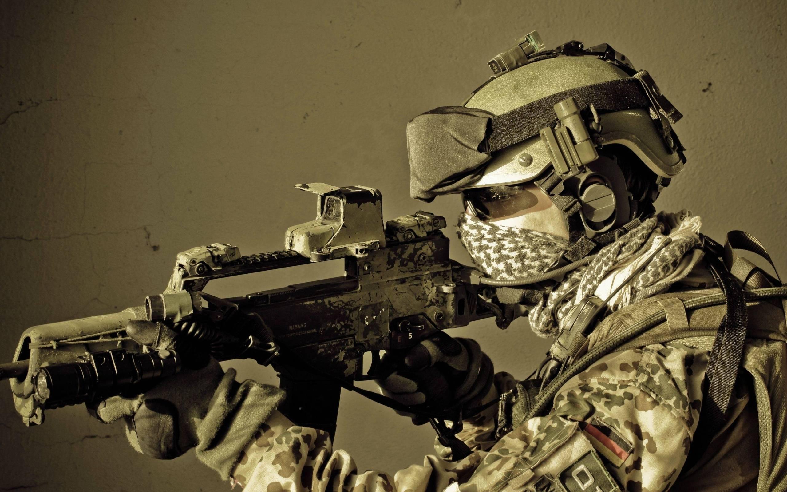обои солдат, экипировка, оружие, очки картинки фото