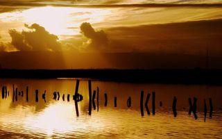 Бесплатные фото вечер,река,сваи,небо,облака,солнце,закат