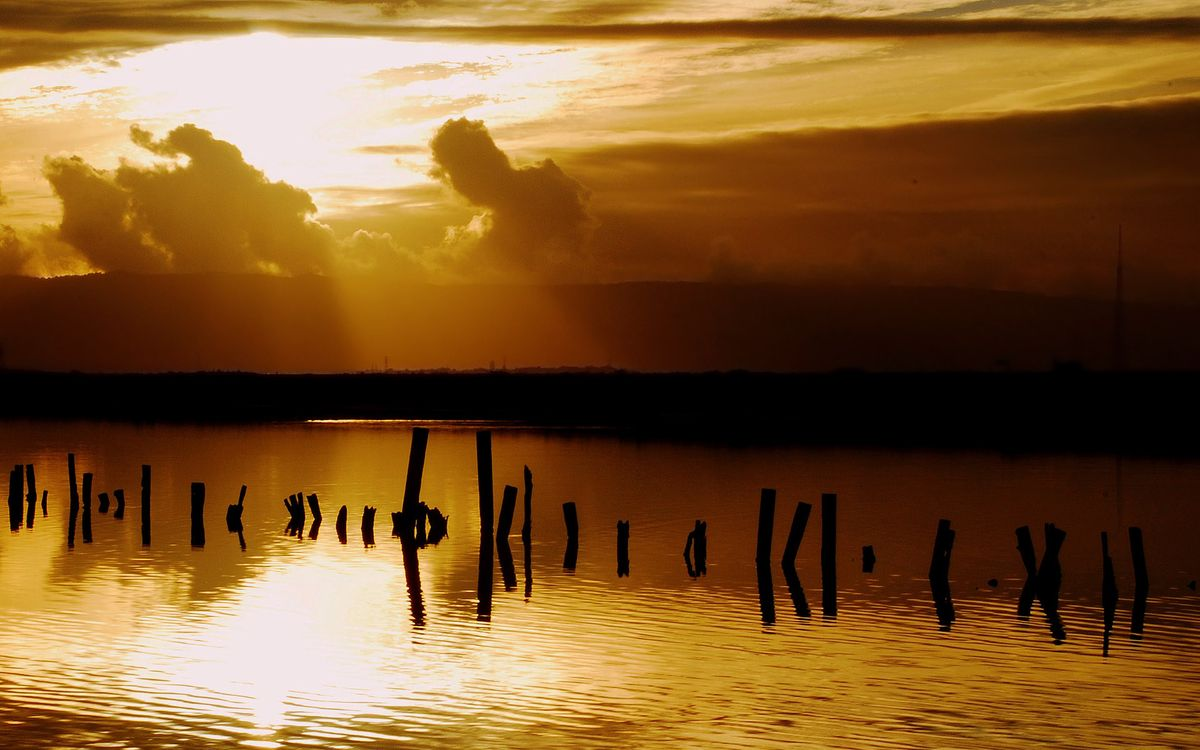 Фото бесплатно вечер, река, сваи, небо, облака, солнце, закат, пейзажи
