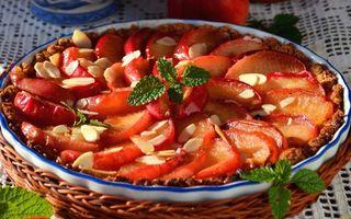 Бесплатные фото блюдо,пирог,яблоки,листья,мята,скатерть