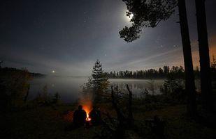 Бесплатные фото Ночь, звёзды, костёр, люди, деревья, лес, озеро