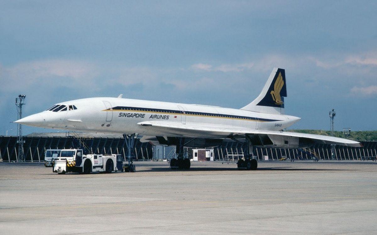 Обои аэропорт, самолет, кабина, крылья, хвост, шасси, тягач на телефон | картинки авиация