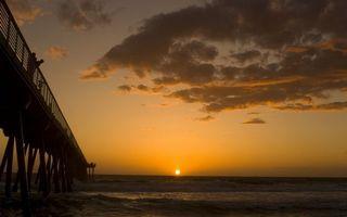 Бесплатные фото вечер,мостик,люди,море,горизонт,небо,солнце