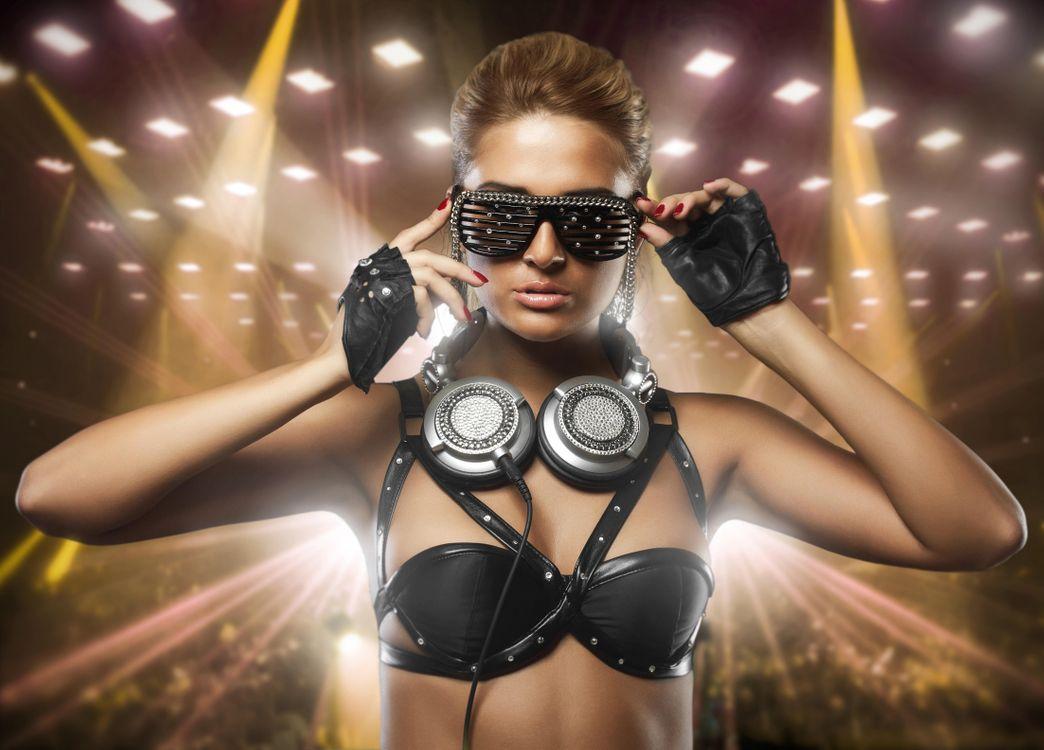Фото бесплатно девушка, красотка, наушники, очки, стиль, музыка, музыка