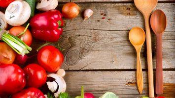 Обои овощи, перец, помидоры, томаты, грибы, шампиньоны, лук, ложки
