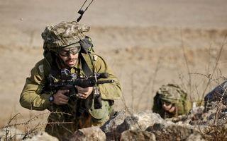 Обои солдаты, экипировка, амуниция, автоматы, оружие, камни, трава