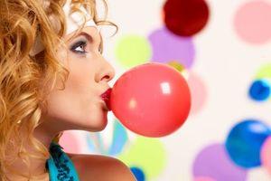 Фото бесплатно девушка, шары, взгляд, макияж, лицо, косметика, настроение