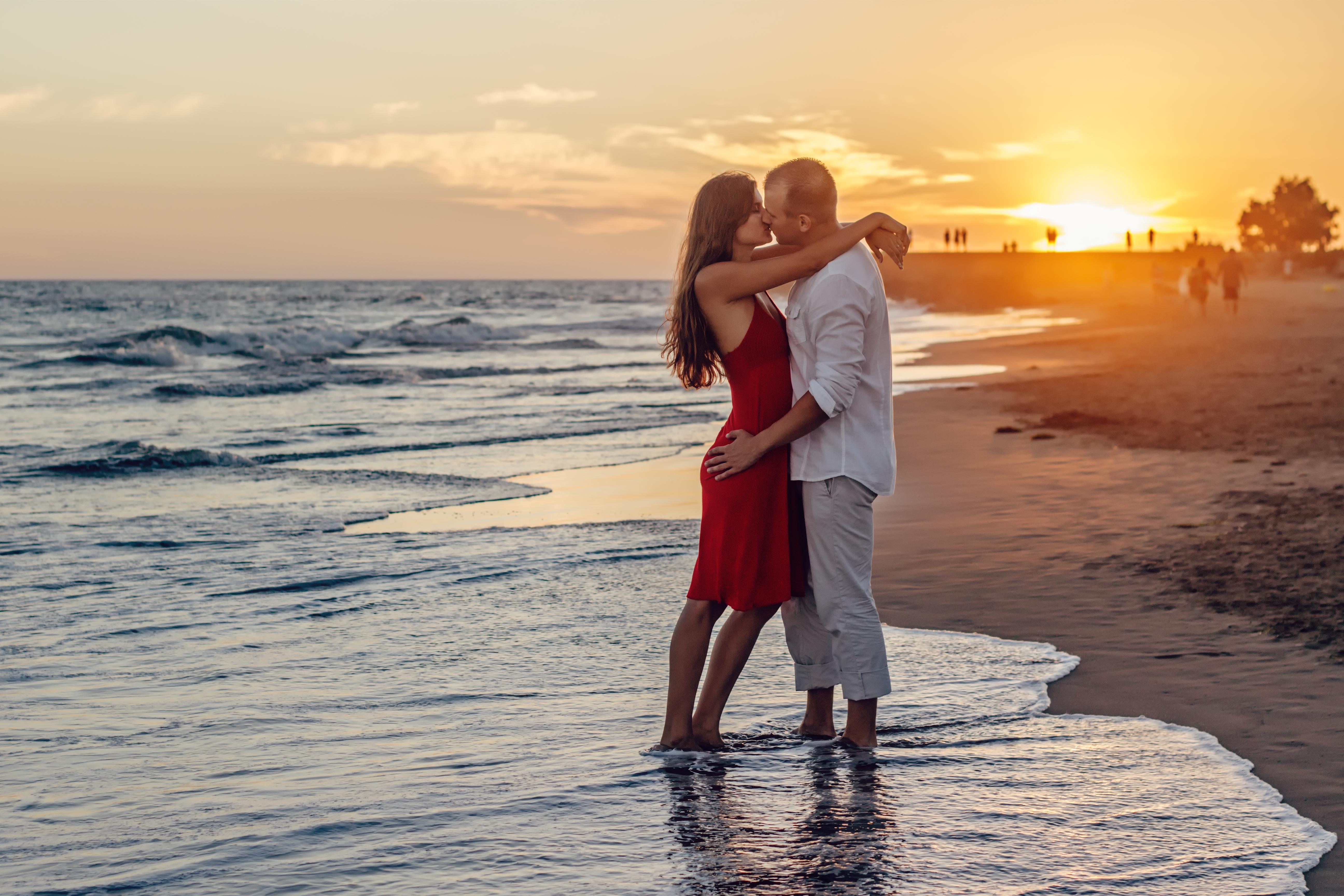 Обои море, закат, мужчина и девушка целуются, настроение