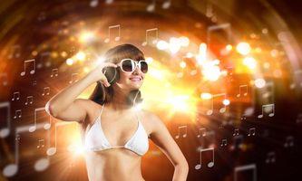 Бесплатные фото девушка диско,девушка,наушники,настроение,музыка