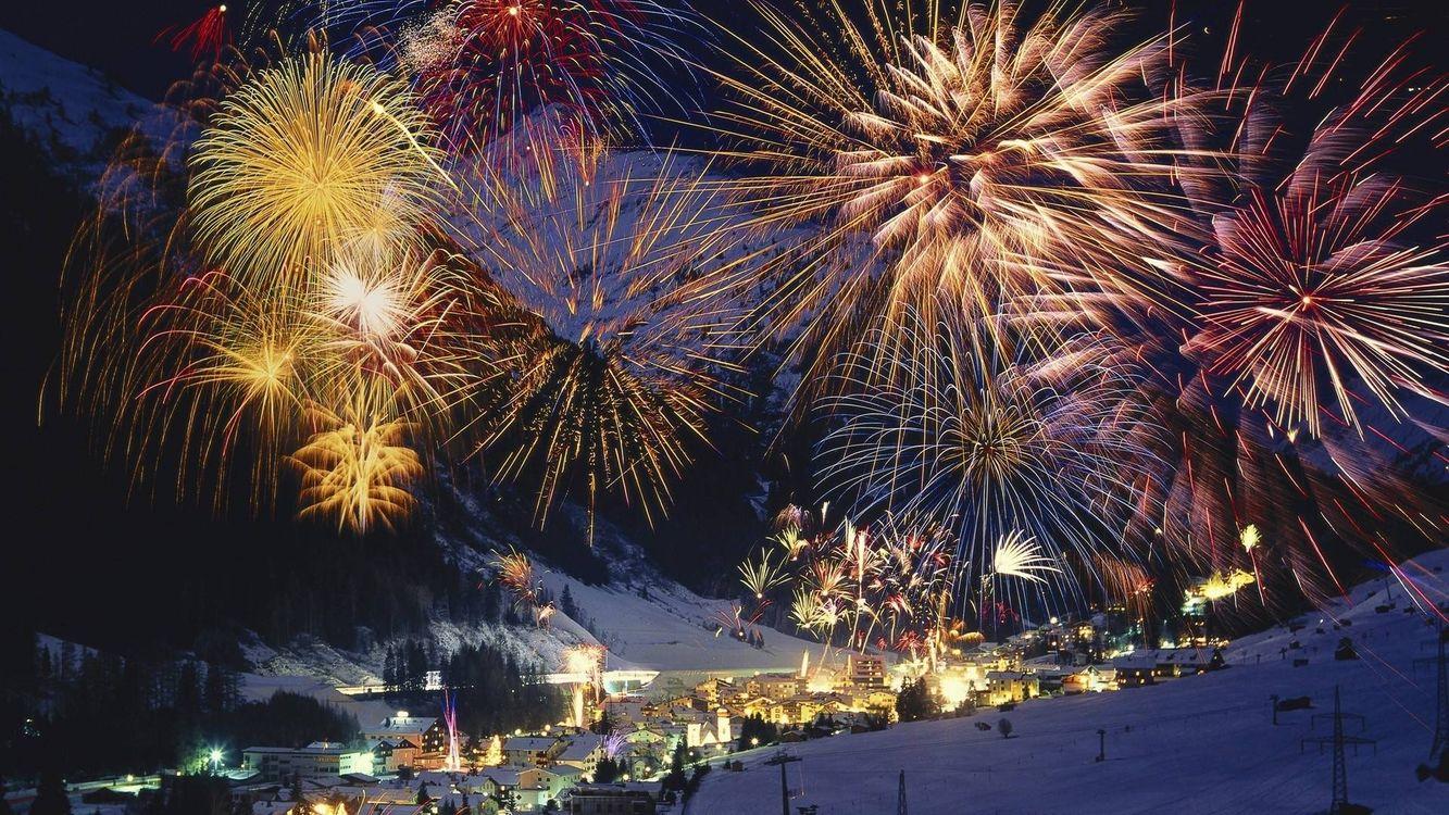 Фото бесплатно городок, подножье горы, фейерверк, новый год, новый год