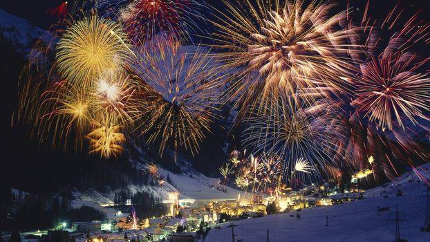 городок, подножье горы, фейерверк, новый год