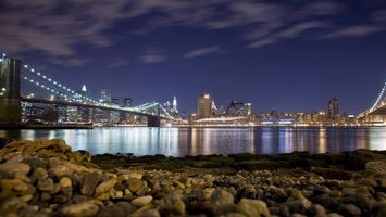 Фото бесплатно ночь, берег, камни, море, мост, подсветка, дома, здания, огни