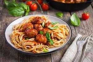 Фото бесплатно паста, помидоры, базилик, мясо