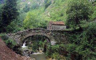 Фото бесплатно горы, река, мостик, камни, трава, кустарник, деревья, строение, домик