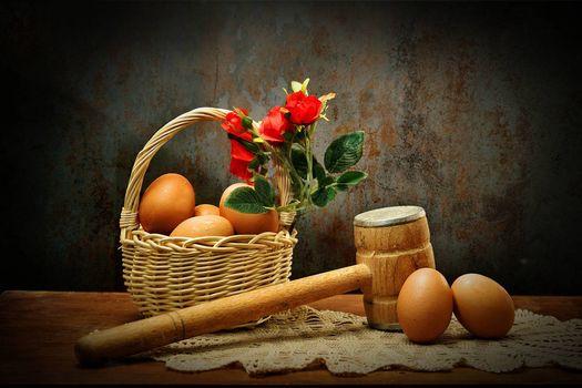Бесплатные фото корзина,яйца,молоток,розы,натюрморт