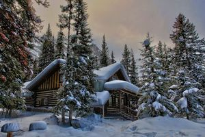 Фото бесплатно загородный дом, зима, сугробы, деревья, лес, елки, снег