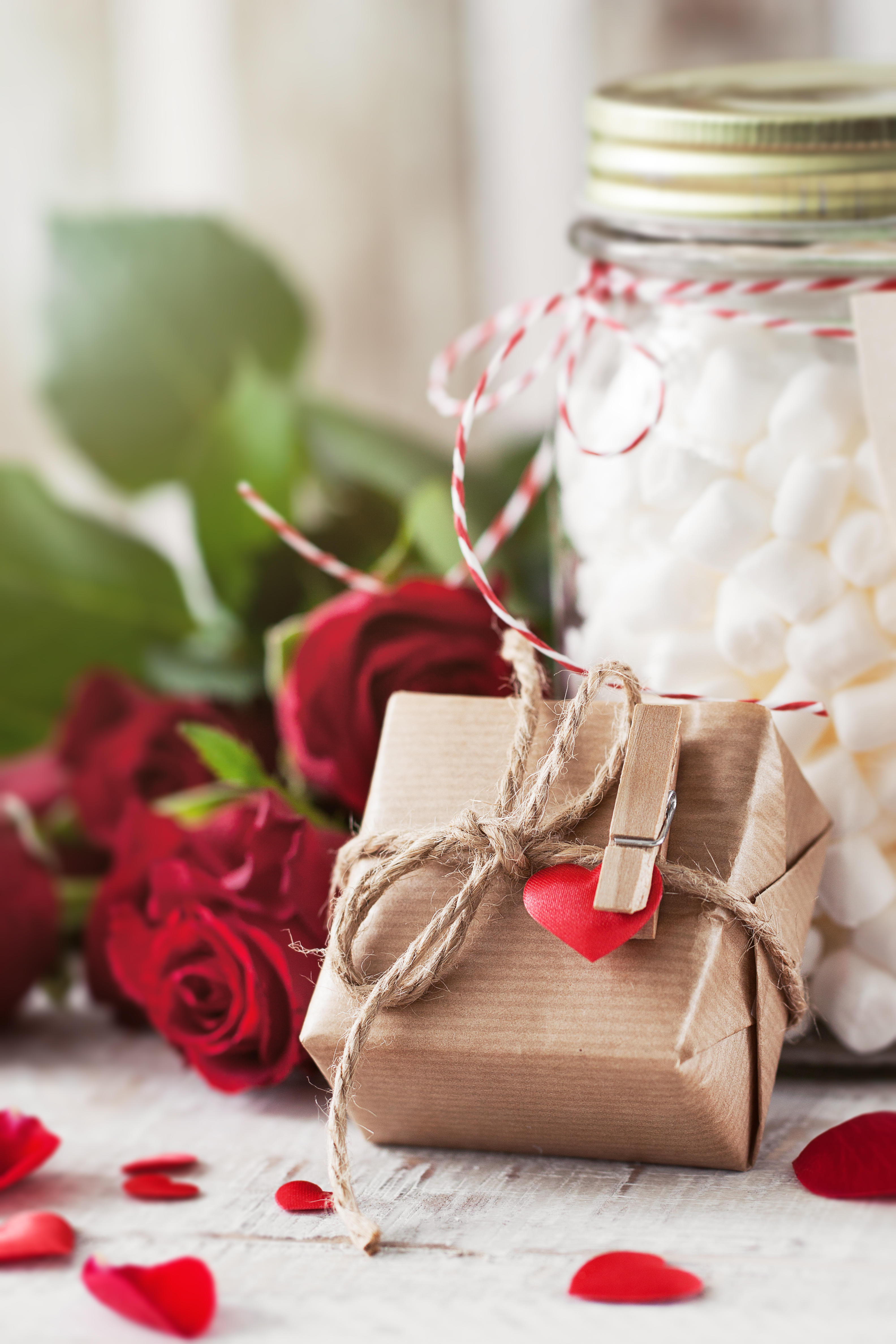Обои лепестки, праздник всех влюбленных, подарок, розы
