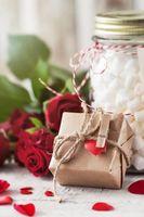 Бесплатные фото лепестки,праздник всех влюбленных,подарок,розы