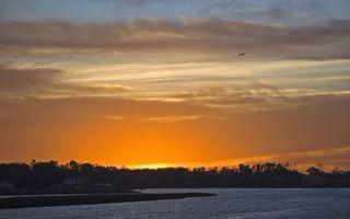 Бесплатные фото река,берег,дома,строение,деревья,небо,закат