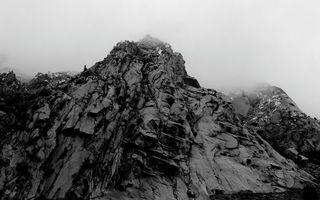 Обои гора, крутая, скалы, камни, туман, черно-белое