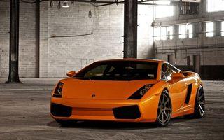 Фото бесплатно ламборджини, спорткар, оранжевый, фары, воздухозаборники, диски, помещение